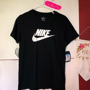 NEW NIKE TEE WOMEN MEDIUM